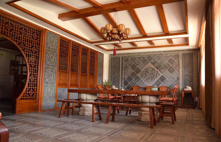中式装修,一般都是指明清以来逐步形成的中国传统风格的装修。这种风格最能体现我们民族的家居风范与传统文化的审美意蕴,因而长期以来一直深受人们的喜爱。然而在京城已完成的数以万计的家装工程中,中式风格的装修仍属凤毛麟角。为此,我们特意制作了本期中式装修的专版,以期引起大家的关注。  中式风格典雅有书卷气 中国传统风格的装修,以宫殿建筑的室内设计风格为代表,在总体上体现出一种气势恢宏、壮丽华贵、细腻大方的大家风范。建筑格局讲究高空间、大进深。室内门廊等处喜用木质圆柱,柱式简洁圆浑,色泽艳丽。雕梁画栋、匾额楹联、屏