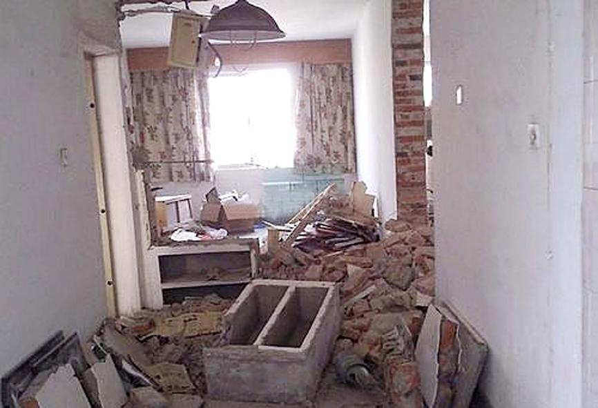 隨著裝修風格的改變,很多老房子都過時了,又對于以前的裝修風格不喜歡,那么,業主們就想要對老房子進行裝修。下面小編就來介紹老房子裝修改造寶典是什么及注意事項有哪些。   一、老房子裝修改造寶典之前期準備   由于老房子的特殊性,在改造前我們需要對整個老房子的情況做一個了解。先從內部結構開始,包含墻體、門窗、地板、水電線路等都要有一個大致的了解。許多老房子就是因為改造前沒有對其整體做一個把控,導致裝修期間發生種種問題,從而耽誤工期,或者破壞裝修進程。    二、老房子裝修改造寶典之安全隱患   裝修前不要隨意